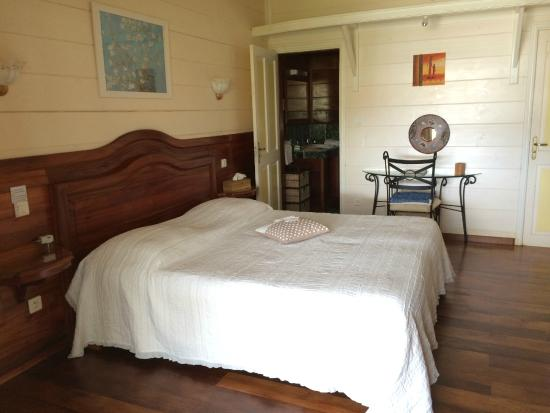 La chambre Eucalyptus avec son lit (160x190) et sa salle de ...