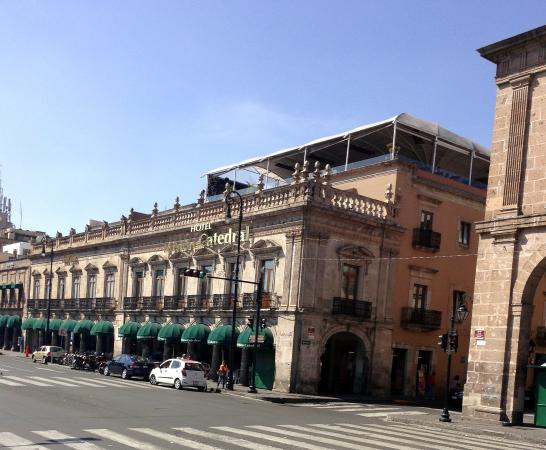 Mision Catedral Morelia : Front of the hotel with rooftop restaurant