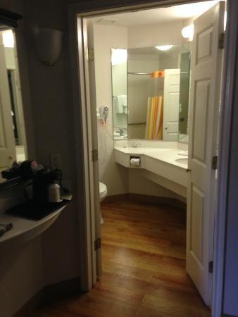 La Quinta Inn Orlando - Universal Studios: Bathroom