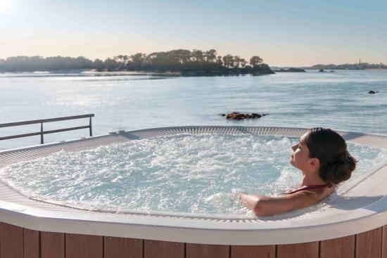 Les Résidences Spa de Rockroum : jacuzzi extérieur avec vue panoramique sur la mer