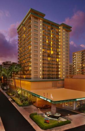 Waikiki Resort Hotel: Exterior - Evening