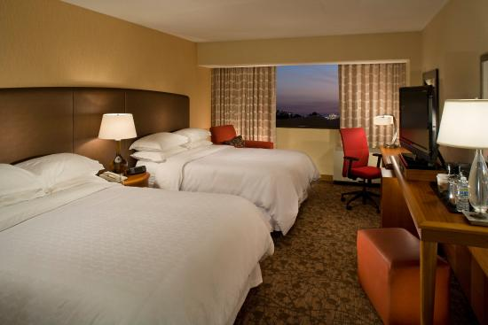 Sheraton Iowa City Hotel: Double Queen Guest Room