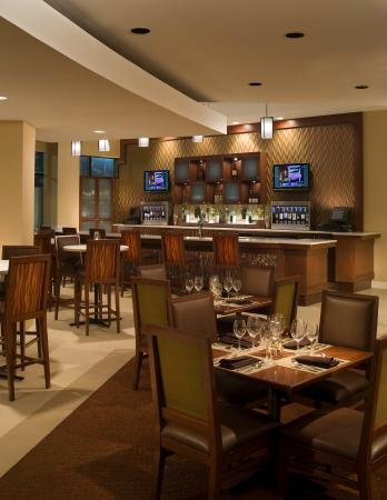 Sheraton Iowa City Hotel: Share Wine Lounge Small Plate Bistro