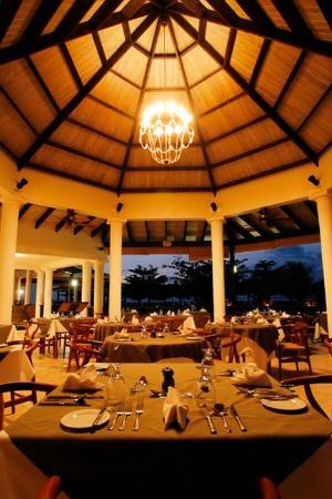 Coyaba Beach Resort: Oceanfront Dining at Arawakabana