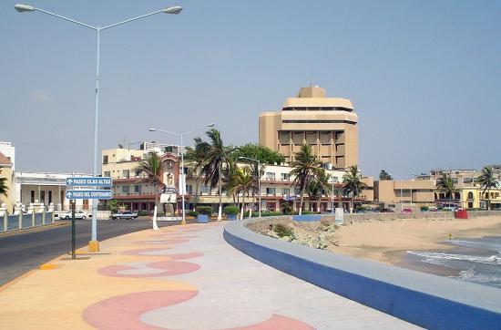 Hotel la Siesta: Front Sidewalk La Siesta