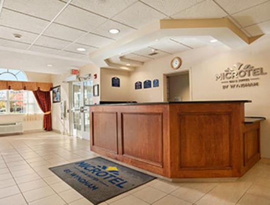 Microtel Inn & Suites by Wyndham Ann Arbor: Front Desk