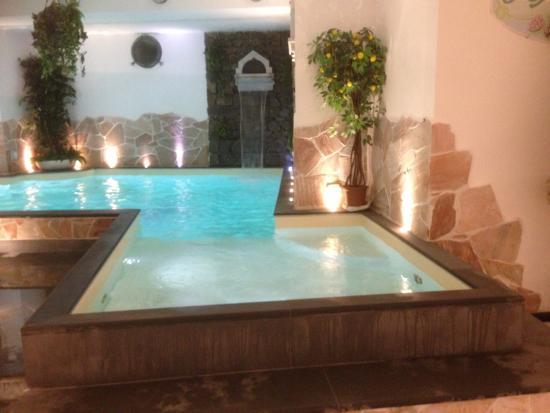 Piscina al coperto con acqua di mare - Foto di Hotel Due Mari ...