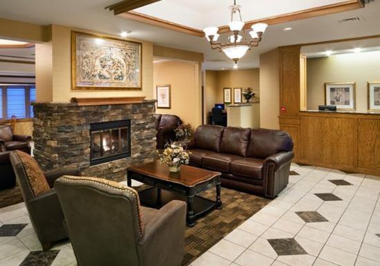 Clubhouse Inn & Suites Albuquerque: Lobby & Front Desk w-fire