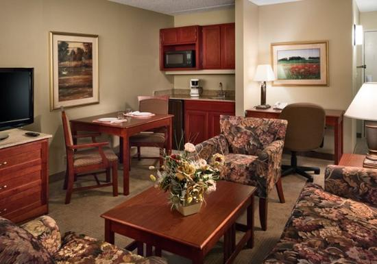 Clubhouse Inn & Suites Albuquerque: Suite Living Area