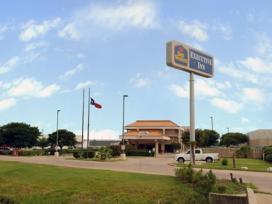 Executive Inn: Exterior With Sign