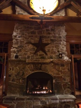 Allegheny Springs: Doublesided Fireplace in lobby overlooking pool