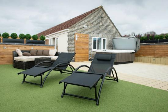 North Wootton, UK: Deluxe Four Poster Suite Terrace with Jacuzzi