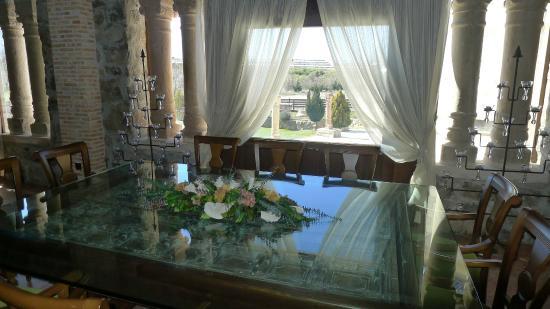 Hotel Venta Juanilla: Ventanal y mesa de cristal