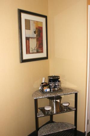 Hilton Arlington: Coffee/Tea stand in room