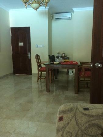 Hotel Kumala Pantai: woongedeelte, eettafel