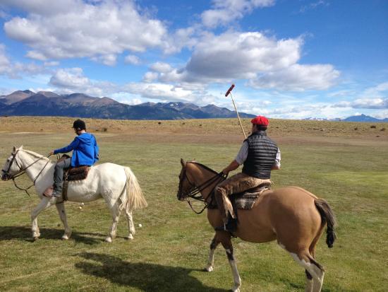 Hosteria Alta Vista: Federico teaches the children how to handle a polo stick