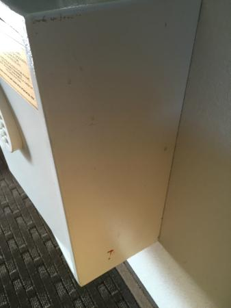 Beautiful Red Roof Inn El Paso West: Room Safe (splatters On It)