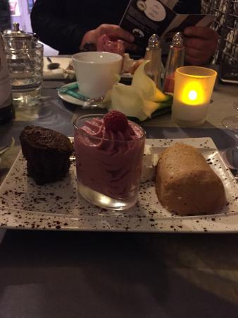 Place des sens: Assiette de trio de desserts.  Fondant au chocolat  Mousse de fruits rouges  Baba au rhum