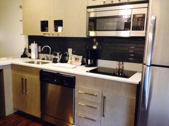 Hyatt House Raleigh North Hills: Kitchen in King Suite