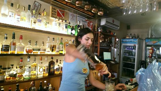 Lola's Pub & Grill : Service with a smile at Lola's