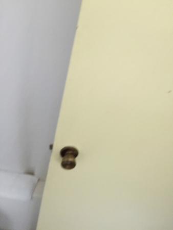 Quality Inn & Suites: Bathroom door