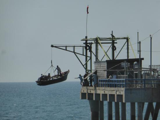 Malecon Puerto de la Libertad : Subida do barco para o  cais
