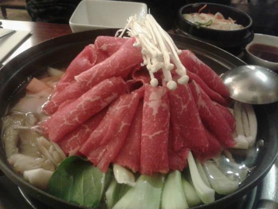Miam-Miam: le bouillon de légumes ( champignons, chou pak choy, carottes, udon), raviolis et fines lamelles