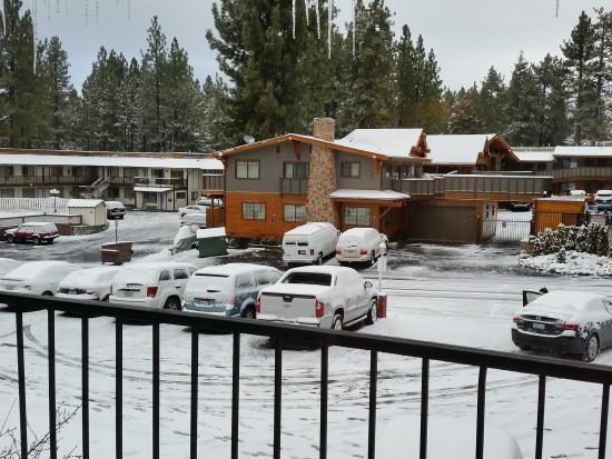 Bluelake Inn at Tahoe: snow covered parking lot
