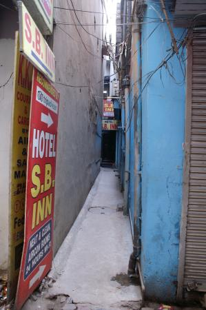 Hotel S.B. Inn: That tiny alley way