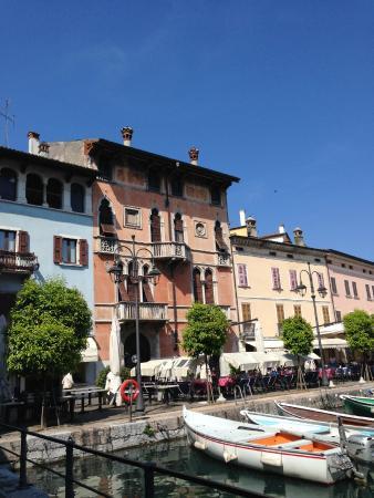 Hotel Plaza: scorci di palazzi sul porto vecchio-Desenzano del Garda
