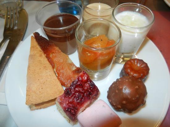 Campanile Metz Sud - Jouy Aux Arches : assiette du buffet des desserts