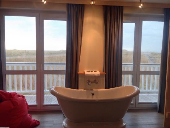 basic doppelzimmer mit balkon einziges zimmer mit freistehender badewanne bild von beach. Black Bedroom Furniture Sets. Home Design Ideas