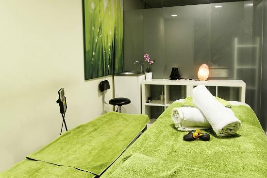 sitio web sala de masaje desnudo