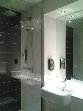 Premier Inn Bedford South (A421) Hotel: Twin head shower.