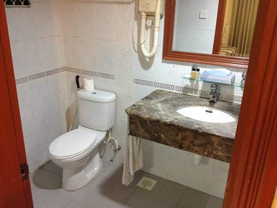 Mookai Hotel: The bathroom