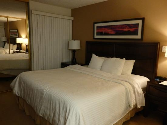 Oakwood Apartments Marina Del Rey: Bel chambre lit King size