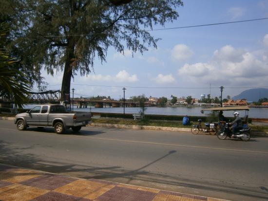Kampot Riverside Hotel: vue depuis la terrasse de l'hôtel