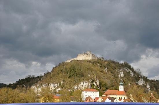 Pension im Malerwinkel: Castle ruins across from the Hotel