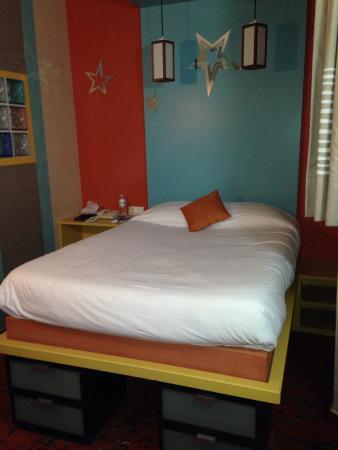 matelas tr s confortable tr s jolie chambre color e et propre pour un prix d risoire picture. Black Bedroom Furniture Sets. Home Design Ideas