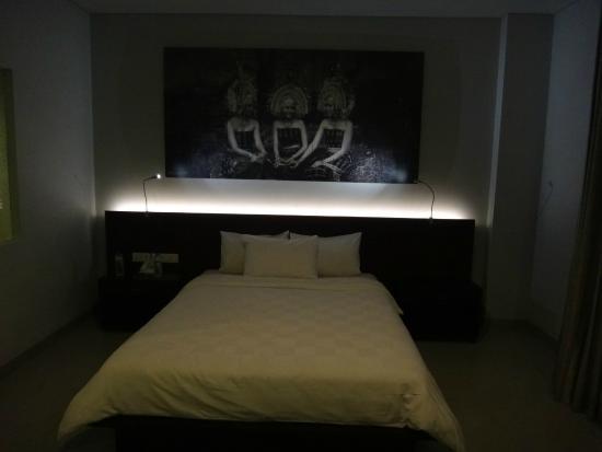 Fourteen Roses Hotel: Huge bed