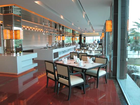 Pattana Golf Course: The dining room is complete with buffet and open for meals from early morning to late evening