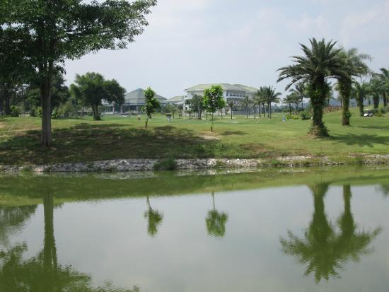 Pattana Golf Course: Looking over to the club house, conference centre and hotels