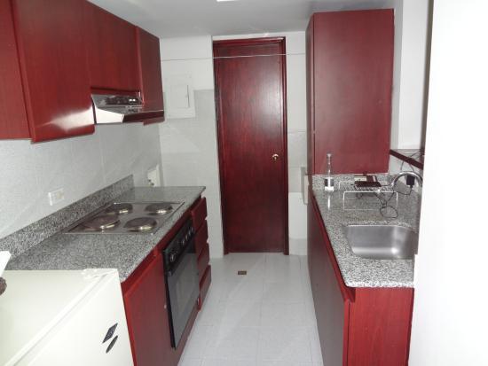 Aparta Suite Torre Poblado: Full Kitchen Amenities