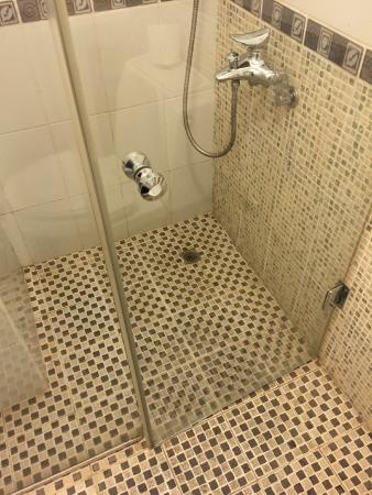 Mookai Suites: Dirty shower floor
