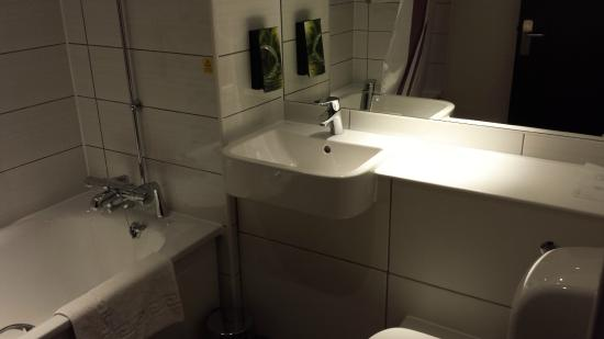 Premier Inn Silverstone: Posh new bathroom