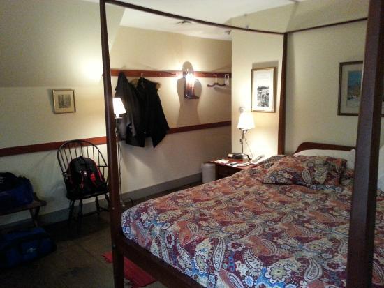 Artists Colony Inn : Our quaint room