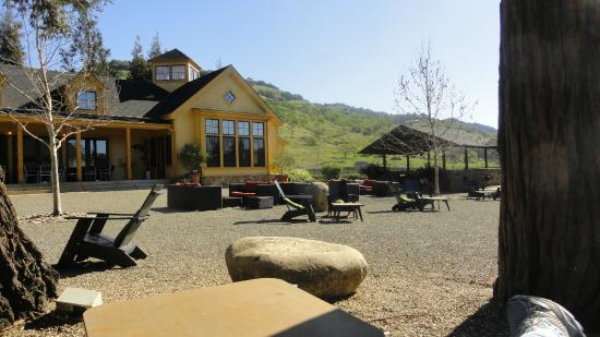 Paraduxx Winery: View of the tasting room from patio seating