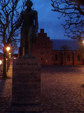 Soren Kannes Statue