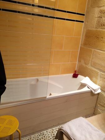 Qualys Hotel La Tour Intendance Salle Bain Petite Mais Mignonne
