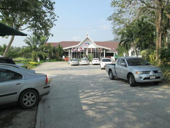 Ban Chang, Tailandia: The view of the clubhouse on arrival at Emerald